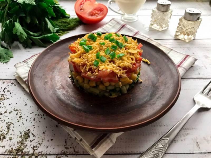 """Салат """"Светофор"""" с крабовыми палочками готов. Украсьте салат свежей зеленью и подавайте к столу. Приятного аппетита!"""