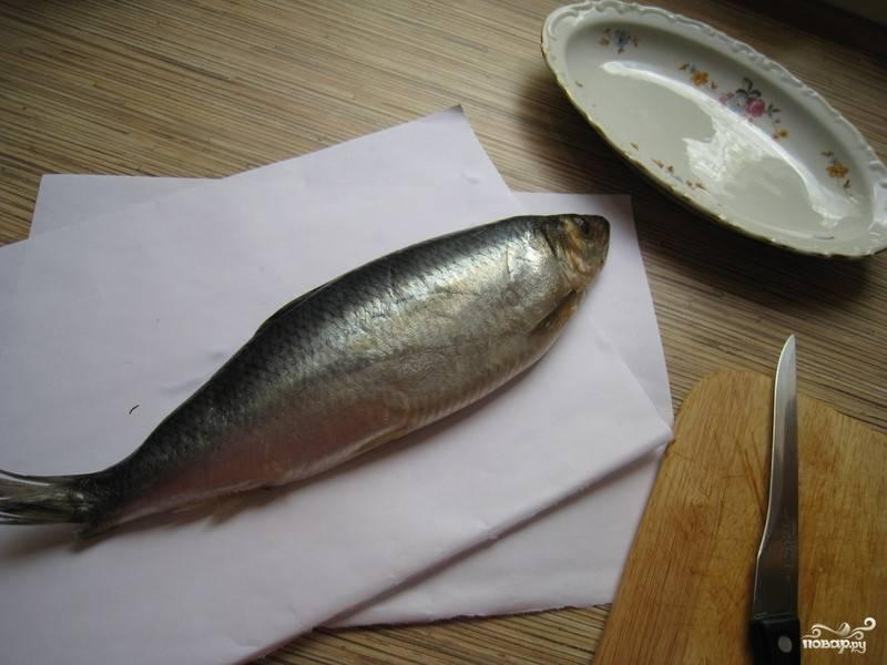 Берем рыбку (желательно икрянку), хорошенько ее промываем, отрезаем ей голову, вспарываем брюшко, очищаем от внутренностей и убираем икру.