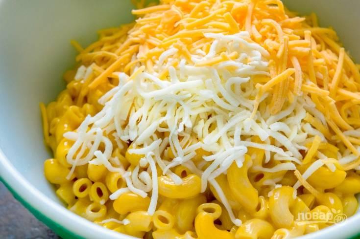 3. К горячим макаронам натрите сыр. Всё перемешайте.