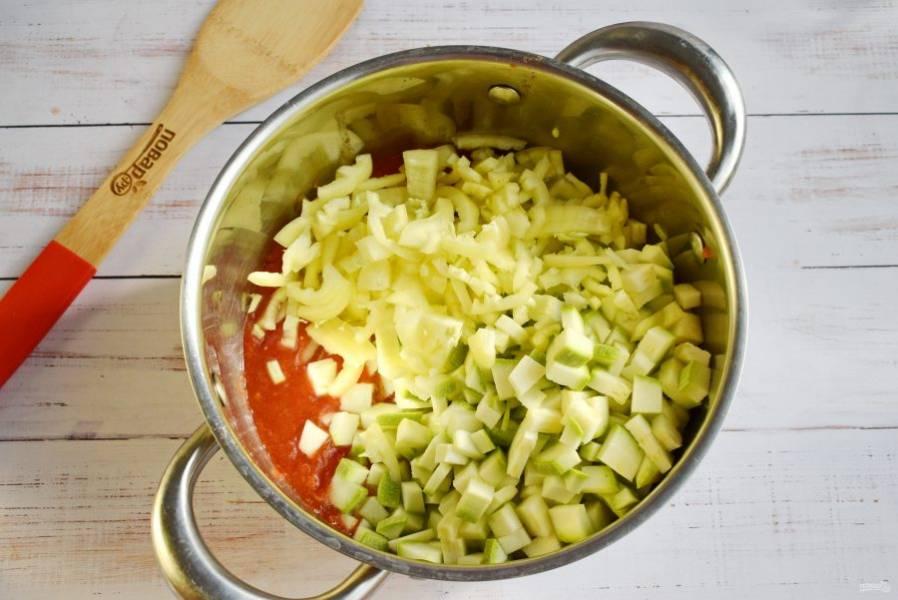 Кабачок нарежьте кубиками, перец - соломкой. Добавьте нарезанные овощи и масло в кипящий томат, перемешайте, варите в течение 30 минут. Через 15 минут добавьте измельченный чеснок. За 2 минуты до готовности влейте уксус.