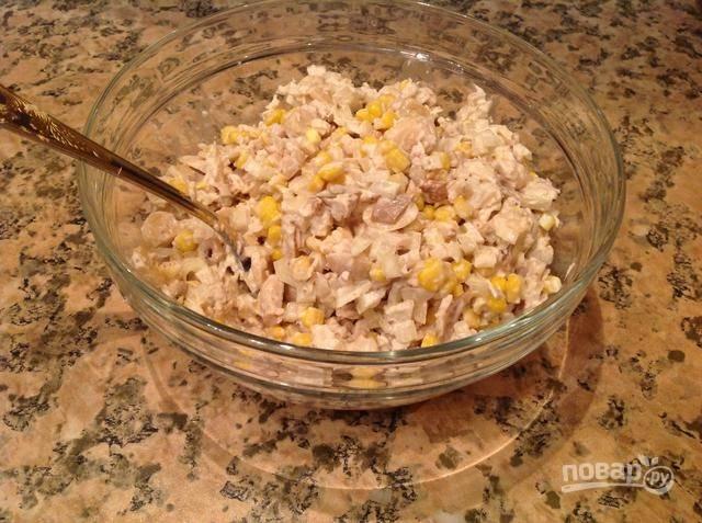 Добавьте майонез и соль по вкусу. Салат перемешайте. Приятного аппетита!