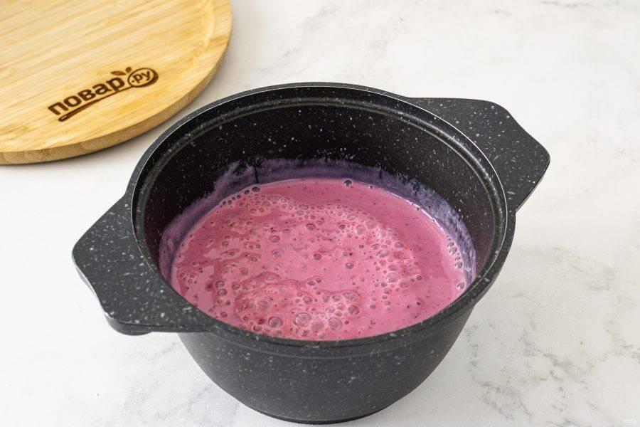 Измельчите блендером шелковый тофу с ягодой, ванильным экстрактом, растительным молоком, сахаром и агар-агаром до однородной консистенции. Перелейте получившуюся массу в кастрюлю с толстым дном, доведите до кипения на среднем огне, постоянно помешивая. Проварите 1-2 минуты после закипания.