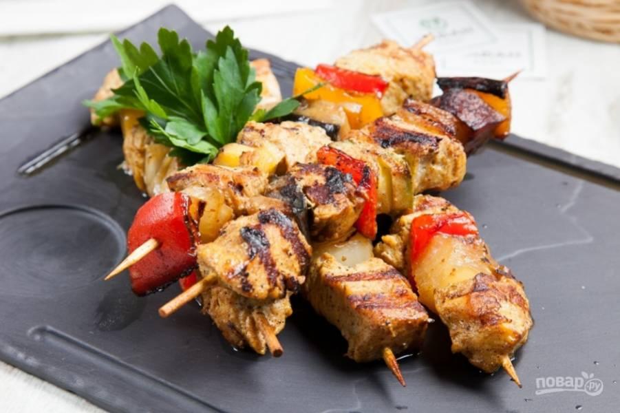 Обжарьте шашлыки до готовности со всех сторон. Приятного аппетита!