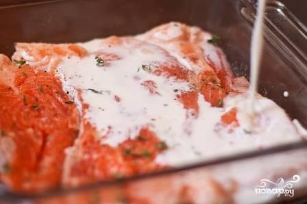 Перемешать и залить уложенные слоями в смазанную сливочным маслом жаропрочную посуду семгу и брокколи.
