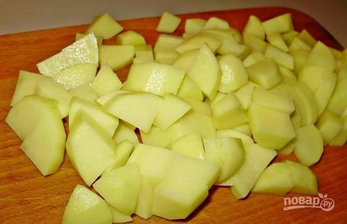 3.Картошку чищу и мою, нарезаю ее небольшим кубиком. В кастрюлю забрасываю фасоль, картошку, морковь и порей, заливаю водой и довожу до кипения.