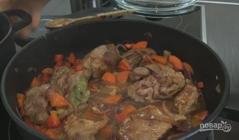 6. Когда овощи поджарились, налейте несколько ложек маринада и оставьте мясо тушиться под крышкой.