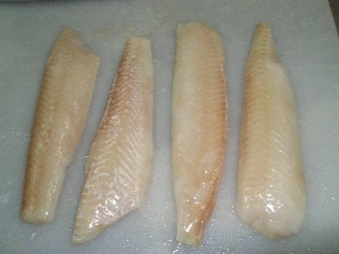 Чтобы избавить себя от необходимости разделывать рыбу, покупаем филе хека без кожи и костей. Если вы купили филе замороженным то положите его размораживаться, ни в коем случае не размораживайте его в микроволновке. Когда рыба разморозилась - промываем мясо под проточной водой, тщательно обсушиваем бумажными салфетками и нарезаем небольшими кусочками произвольной формы.