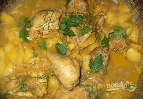 Курица, тушеная с картофелем, готова. Приятного аппетита!