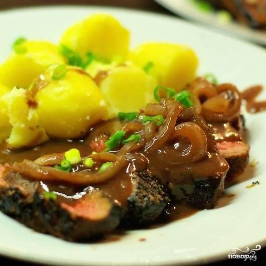 Подаем мясо вместе с винным соусом и гарниром (отлично подходит картофель). Хорошо идет с красным сухим вином. Приятного аппетита!