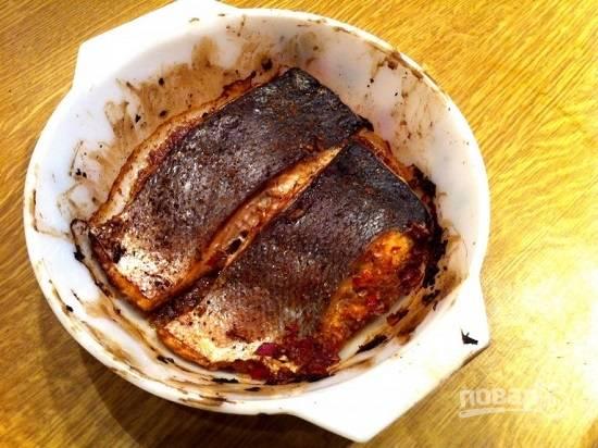 Достаем запеченную рыбу, снимаем остатки соуса.