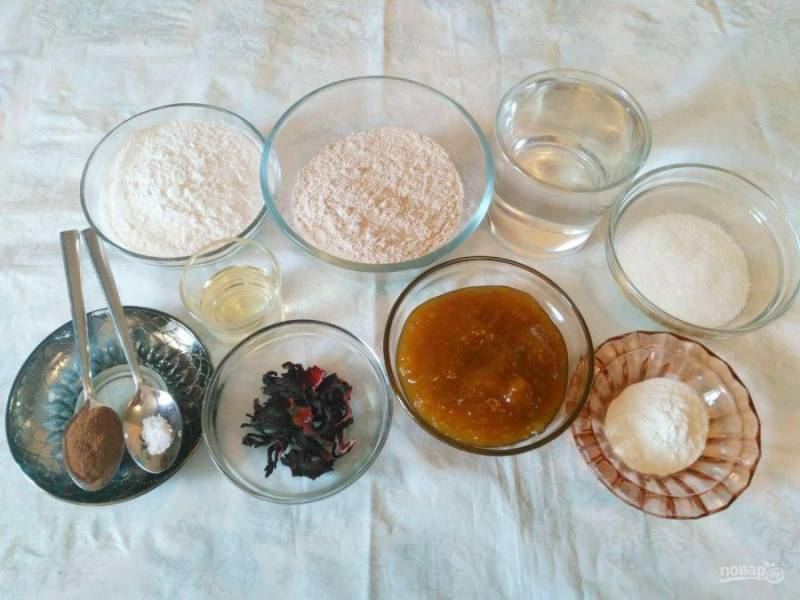 Подготовьте все перечисленные ингредиенты, учитывая, что вместо сушёных лепестков суданской розы (гибискуса) можно использовать каркаде в пакетиках (1 шт.). А варенье для этого пирога подойдёт густое (яблочное, сливовое и др.).