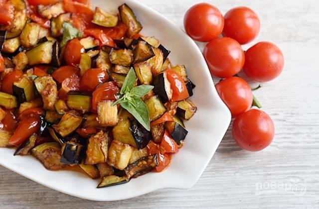6.Выложите баклажаны с помидорами на блюдо, украсьте свежими листиками базилика. По желанию, посыпьте тертым пармезаном. Приятного аппетита!