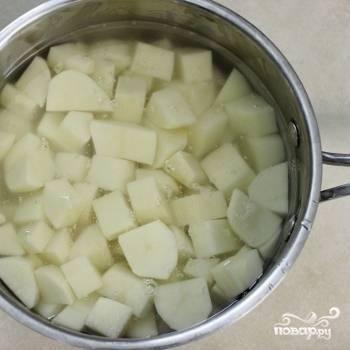 9. Включите духовку нагреваться до 170 градусов. Картошку очистите, промойте, нарежьте кубиками и сварите в подсоленной воде до готовности. Она должна быть мягкой.