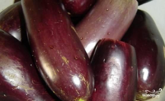 """Хорошо промойте баклажаны, отрежьте у них лишние части по краям (там, где хвостик и """"попка"""")."""
