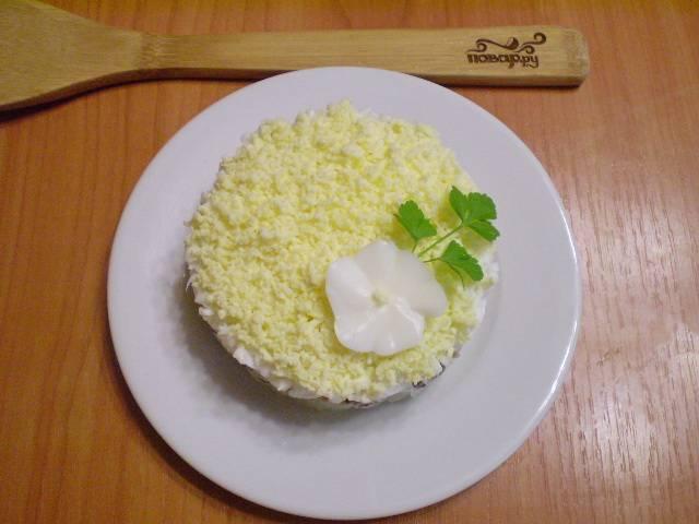 """Украсьте салатик зеленью. Можете мелко порубить ее и посыпать, а можно просто выложить веточки. Очень красиво! Ваш салат """"Мимоза"""" без картофеля готов! Видите, как просто! Оставьте его в холодильнике до прихода гостей. Приятного аппетита!"""