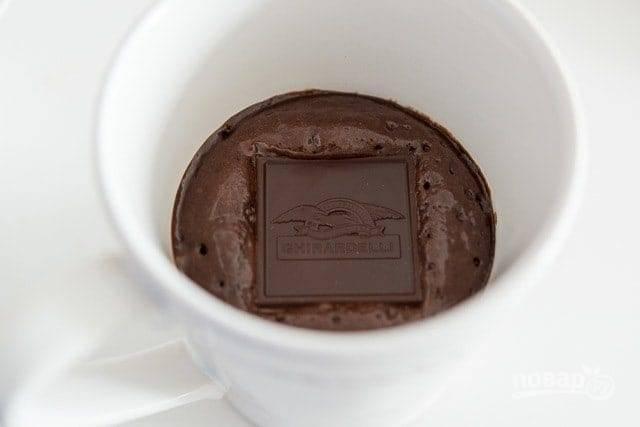 5. Затем перемешайте и добавьте оставшийся шоколад. Запекайте ещё 45 секунд.