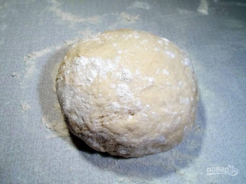 Замесите густое тесто, в меру эластичное, но чтобы к рукам не липло.