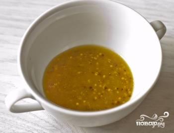 Приготовьте заправку. Для этого в мисочке смешайте горчицу, оливковое масло, уксус и немного соли. Энергично взбейте вилкой, чтобы размешать все продукты.
