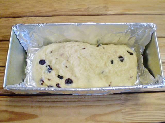 12. Выкладываем в смазанную маслом форму. Оставляем в тепле подойти еще 20 минут. После чего выпекаем при 180 градусах 30 минут.