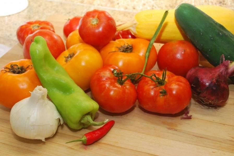 1. Приготовьте все овощи для гаспачо, промойте и очистите от веточек, кожицы и плодоножек.