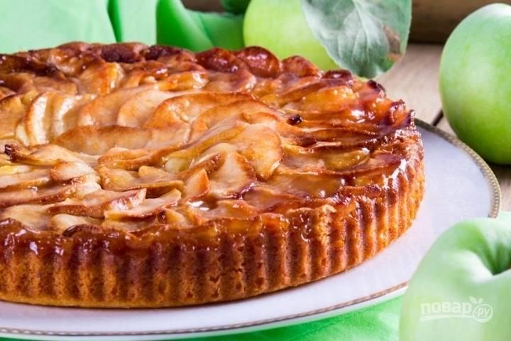 10.Готовый пирог подаю уже остывшим, иначе яблоки при разрезании превратятся в кашу. Приятного аппетита!
