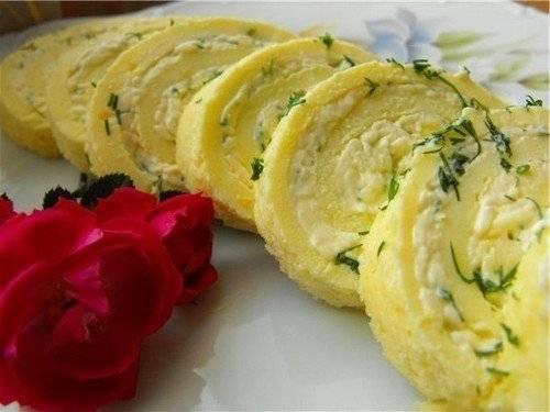 7. Подавать к столу его нужно холодным. Если вы готовите на праздничный стол, то можете рулет выложить на подушку из овощей и салата.