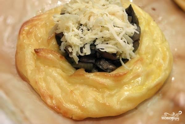 5. Достаньте из духовки, аккуратно выложите в центр начинку, присыпьте щепоткой сыра. Снова отправьте запекаться минут на 15-20. Вот и весь секрет, как приготовить картофельные корзиночки с грибами. Надеюсь, что вам они придутся по вкусу.