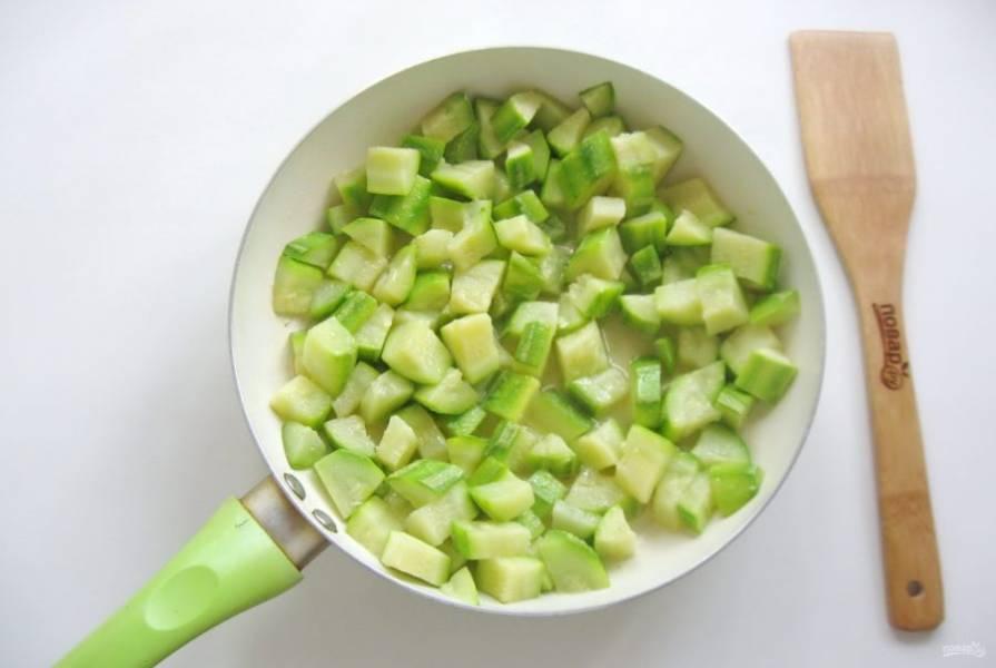 Обжарьте в подсолнечном масле, перемешивая в течение 10 минут.