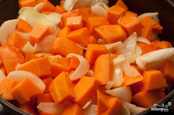 1.Приготовьте все необходимые для супа продукты. Помойте морковь и тыкву. Очистите от кожуры. Порежьте на небольшие кубики. Очистите от кожуры лук. Порежьте дольками.
