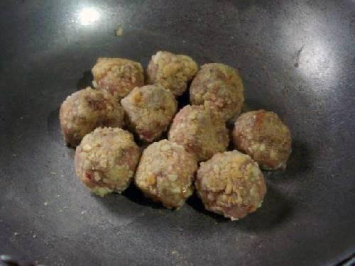 В сковороду наливаем столовую ложку масла и поджариваем мясо.