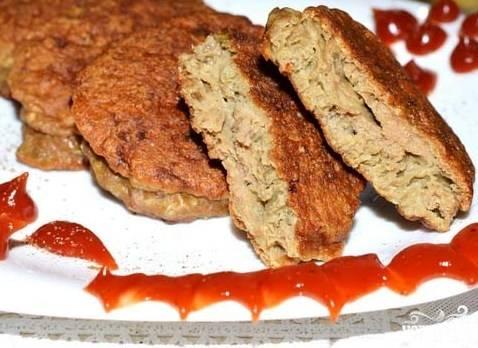 Подавайте блюдо с любимым гарниром и кетчупом.