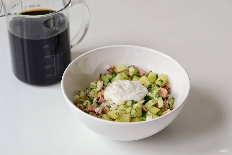 Выложите в тарелку порцию окрошки, добавьте постную сметану и залейте квасом.