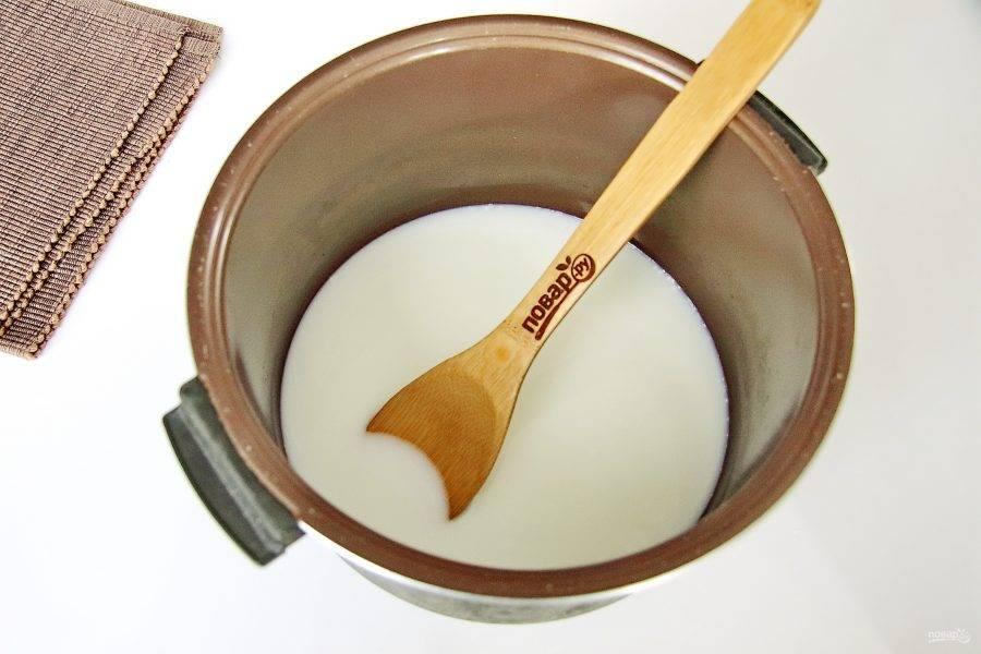 Налейте в чашу мультиварки молоко и воду. Добавьте по вкусу соль и сахар.