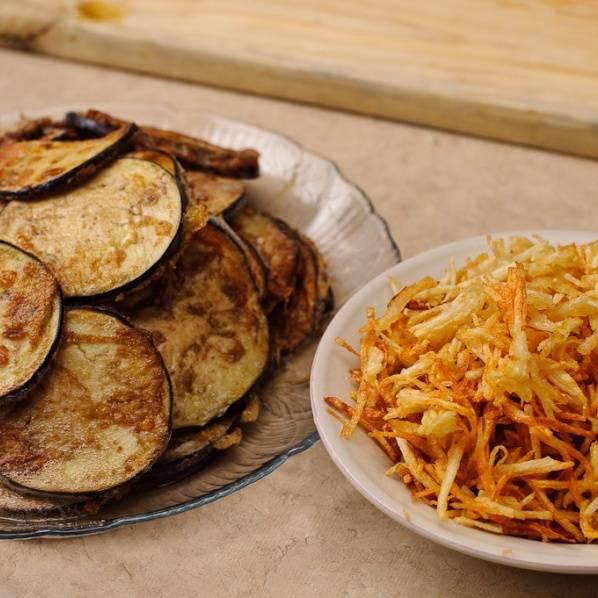 Нарежьте баклажаны кружками и обваляйте в яичной смеси. Обжаривать в масле 1 минуту на каждую сторону. Нарежьте картофель соломкой и обжарьте до хрустящей корки.