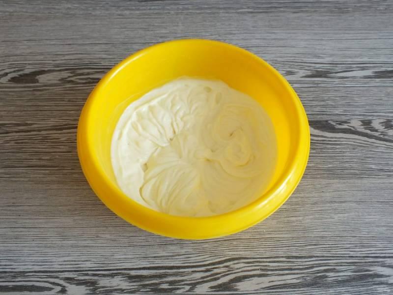 С помощью миксера взбейте сметану с сахарной пудрой до воздушного состояния.