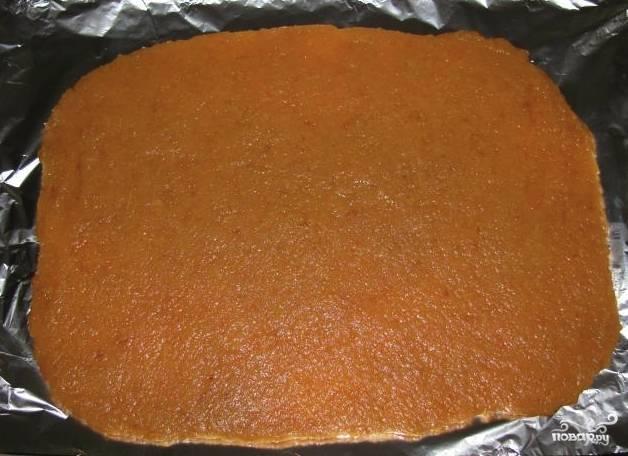 Готовые яблоки протрите через сито, чтобы получить яблочное пюре. Теперь устелите противень фольгой или пергаментной бумагой, смажьте его растительным маслом. Выложите на противень яблочное пюре, распределите его очень тонким слоем.