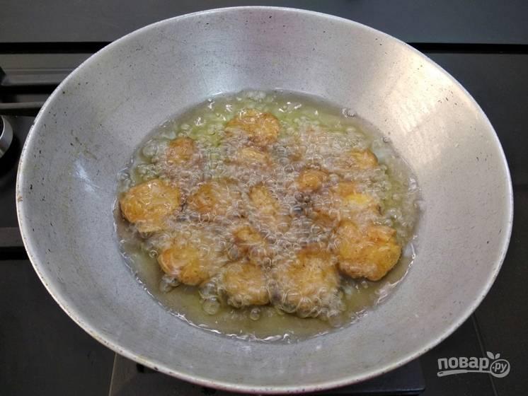 6. Теперь поместите жареный картофель снова в кипящее масло.