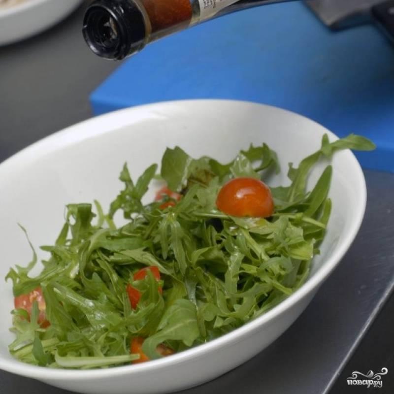 Сбрызгиваем салат оливковым маслом и бальзамическим уксусом, слегка солим.