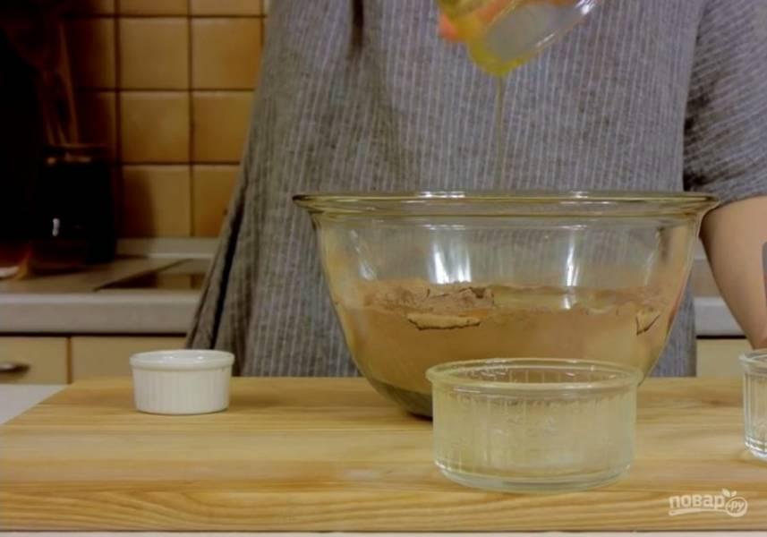 1. Просеянную муку смешайте с сахаром, ванильным сахаром, какао, разрыхлителем, солью и содой. Добавьте молоко, яйца, растопленное сливочное масло, оливковое масло и уксус. Взбейте в течение 2-3 минут в однородную массу.