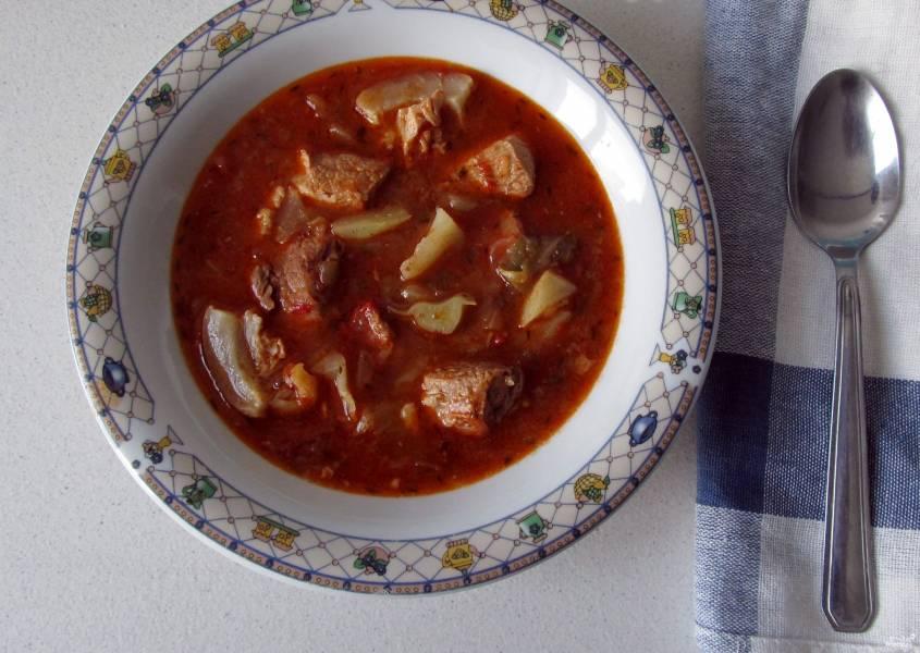 Томатный суп с капустой и мясом