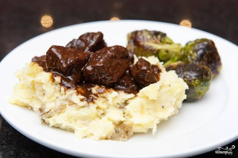 10. Говядина в красном вине готова! Подавайте с картофельным пюре или рисом. Приятного аппетита!