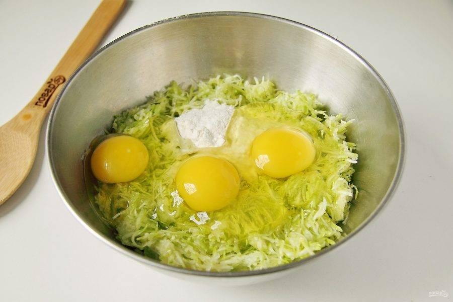 Добавьте к кабачкам яйца, муку и соль по вкусу.