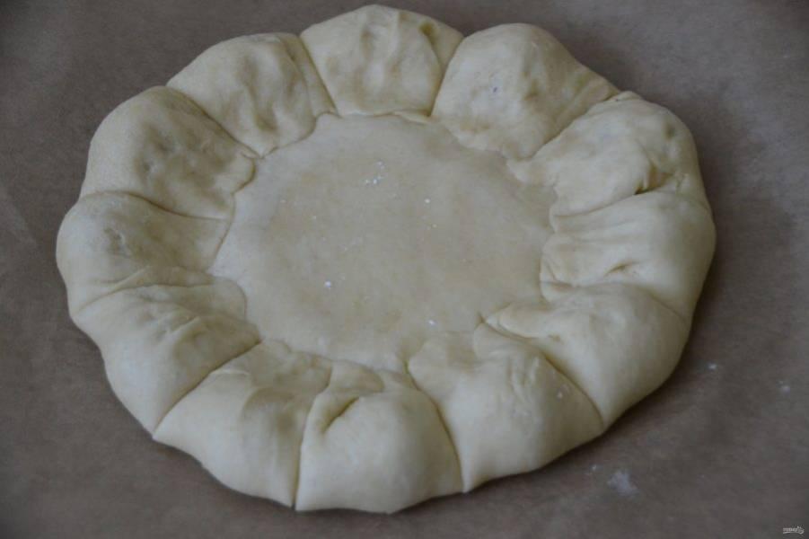 Разрежьте тесто по кругу, чтобы ягода осталась в центре разреза.