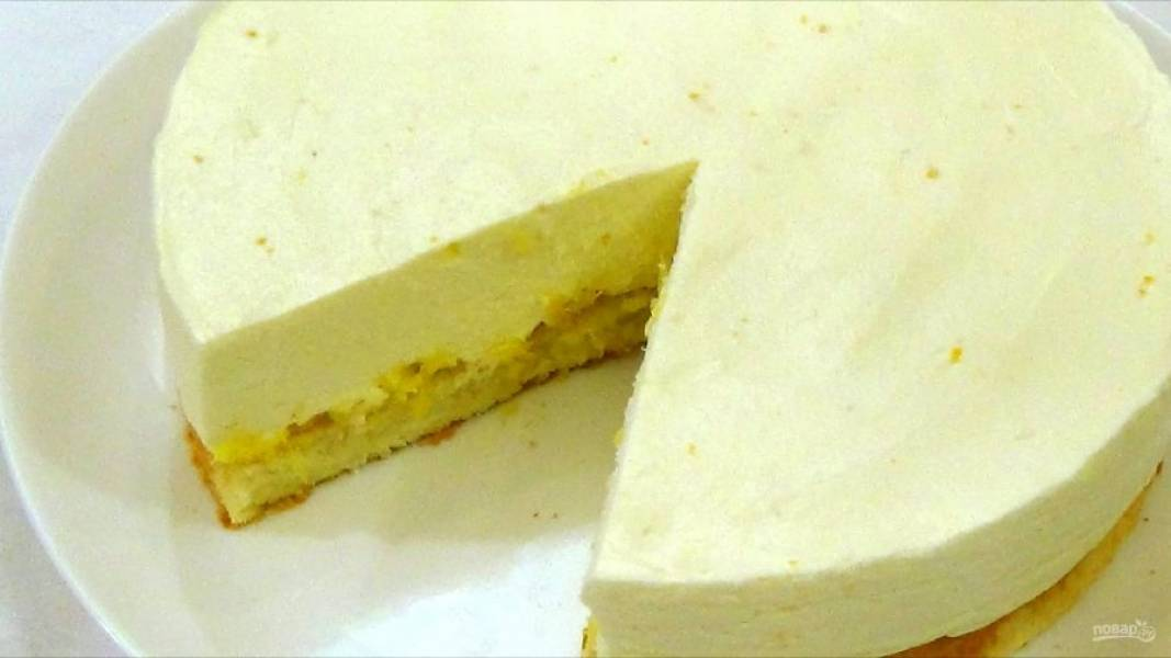 7. Выложите нарезанные апельсины, вылейте сырную массу на бисквит и разровняйте. Отправьте в холодильник на пять часов. Приятного аппетита!