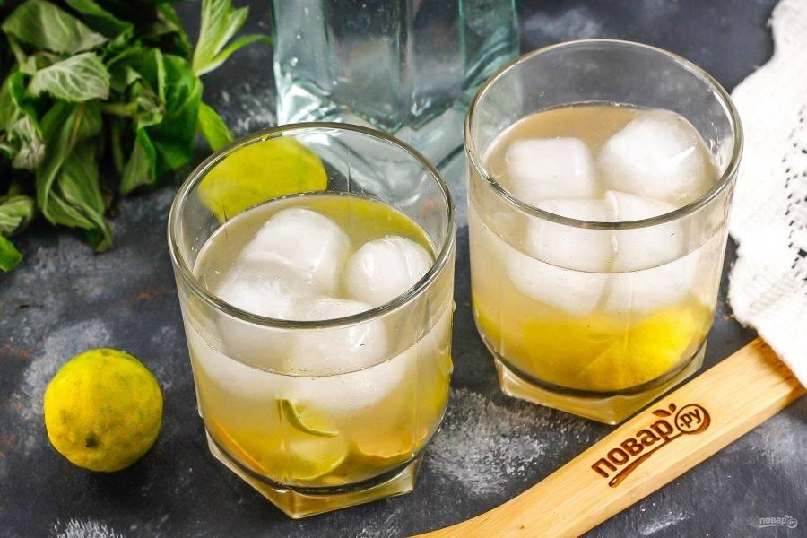 Влейте кашасу или светлый ром. Можно заменить такой алкоголь качественной водкой.