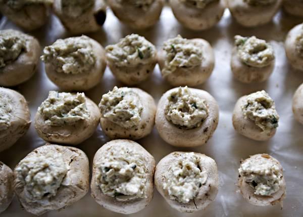 6. Шляпки грибов наполнить начинкой и выложить на противень, застеленный фольгой или пергаментом. Присыпать панировочными сухарями и отправить в предварительно разогретую духовку.