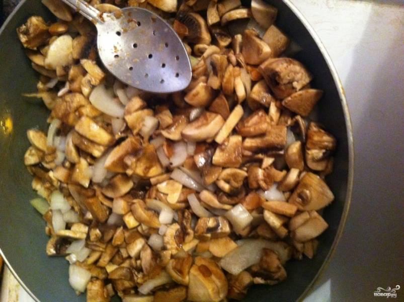 Обжариваем грибы с луком на масле 10-15 минут, помешивая.