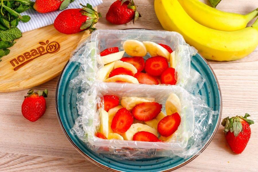 Клубнику промойте в воде, удалите хвостики и нарежьте слайсами. Выложите на банановую нарезку.