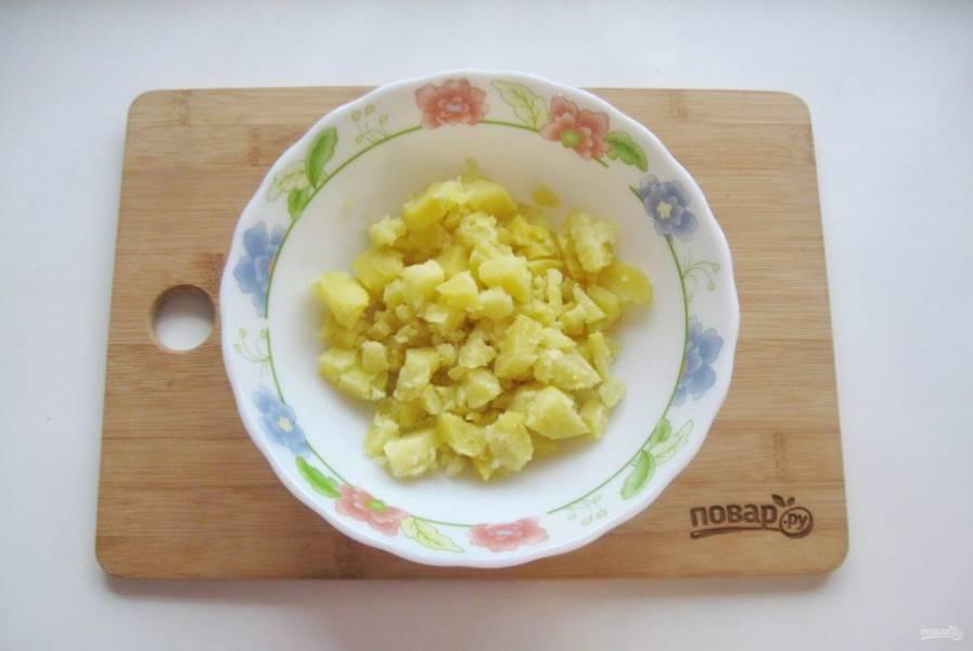 Картофель отварите, нарежьте кубиками.
