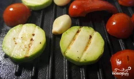 Все овощи посолите и поперчите. На смазанной маслом сковороде прожарьте их по 2 минуты с каждой стороны.